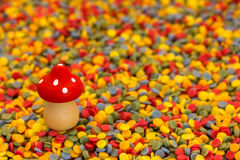 Voe o cogumelo em confetes coloridos pelo ano novo Foto de Stock Royalty Free