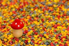 Voe o cogumelo em confetes coloridos pelo ano novo Imagem de Stock Royalty Free