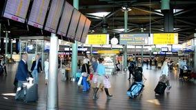 Voe a programação no aeroporto Schiphol de Amsterdão, Países Baixos, video estoque