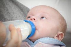 Voedende baby BIB royalty-vrije stock fotografie