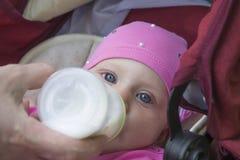 Voedende gelukkige baby Royalty-vrije Stock Fotografie