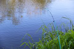 Voeder die op een rivier, een boog vissen van een grote vis stock afbeelding