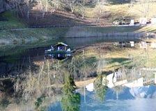 Voederbak op de oppervlakte van een klein meer wordt voortgebouwd dat royalty-vrije stock foto