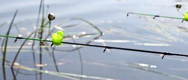 Voedermethode in visserij en klokken op de stavenuiteinden stock afbeeldingen