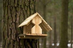 Voeders voor vogels op een boom Stock Afbeeldingen