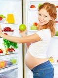 Voeding en dieet tijdens zwangerschap Zwangere vrouw met vruchten royalty-vrije stock fotografie