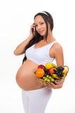 Voeding van zwangere vrouwen De mand van het vitaminefruit Stock Foto's