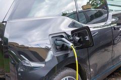 Voeding voor het elektrische auto laden Elektrische auto die st laden Stock Afbeelding