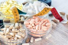 Voedings supplementen in capsules en tabletten stock afbeeldingen