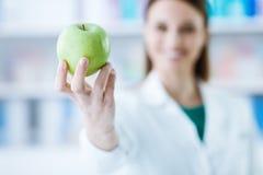 Voedingsdeskundige die een appel houden Royalty-vrije Stock Foto's