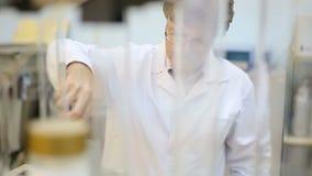Voedingslaboratorium, wetenschapper op het werk stock videobeelden