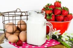 Voedingsontbijt van bruine eieren, aardbeien en melk Royalty-vrije Stock Afbeeldingen