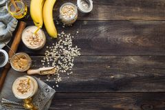 Voedingssmoothie met banaan, havervlokken en pindakaas Royalty-vrije Stock Afbeeldingen