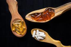 Voedingssupplementen en vitaminen voor hersenen in drie houten s royalty-vrije stock foto's