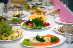 Voedsel bij banketlijst Royalty-vrije Stock Foto's