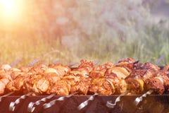 Voedsel bij het festival van straatvoedsel, barbecue op de grill Ruimte voor tekst stock afbeeldingen