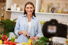 Voedsel blogger Vrouw die hoe te Cook Dish, het Registreren Video verklaren stock afbeelding