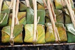 Voedsel dat in banaanbladeren wordt verpakt Stock Afbeelding