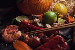 Voedsel dat op houten lijst wordt geassorteerd royalty-vrije stock fotografie