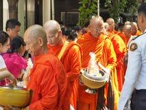 Voedsel die aan Boeddhistische monniken op de dag van Visakha aanbieden Bucha, Thailand Royalty-vrije Stock Foto