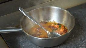 Voedsel die de chef-kok kokende saus voorbereiden van de restaurantmaaltijd stock videobeelden