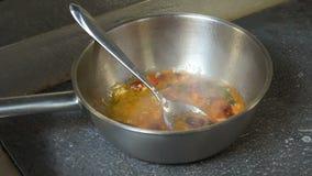 Voedsel die de chef-kok kokende saus voorbereiden van de restaurantmaaltijd stock video