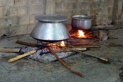 Voedsel die in ketel worden gekookt Stock Afbeeldingen