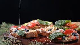 Voedsel dienend concept Vegetarisch concept Verscheidenheid van verse eigengemaakte sandwiches op houten achtergrond Geïsoleerd o stock video