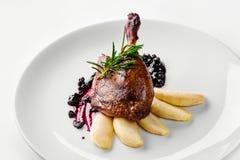 Voedsel Eendbeen met peer en bessaus Het Menuconcept van het delicatessen Gastronomisch Restaurant royalty-vrije stock fotografie