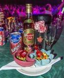 Voedsel en de dranken in muzikale Tropicana wordt het gediend tonen in Cuba dat stock fotografie