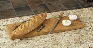 Voedsel en een knipselraad op een granietteller stock foto