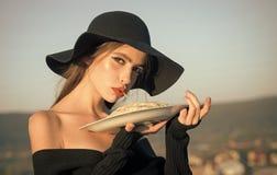 Voedsel en gezondheid voedsel van Italiaanse macaroni in handen van elegante vrouw in hoed stock fotografie
