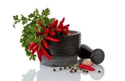 Voedsel en kruidenkruid voor het koken, mortier met stamper over witte achtergrond wordt geïsoleerd die Stock Afbeelding