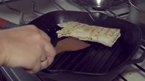 Voedsel, geroosterde keuken, pitabroodje, snack, broodje, fastfood, shawarma, kebab, sandwich, 4k stock footage