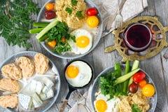 Voedsel, gezond Ontbijt, havermoutpap, eieren, groenten, sandwiches met kaviaar Stock Foto