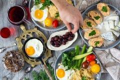 Voedsel, gezond Ontbijt, havermoutpap, eieren, groenten, sandwiches met kaviaar Royalty-vrije Stock Fotografie