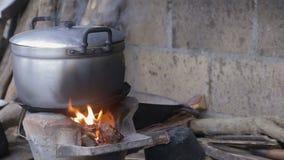 Voedsel het koken op een traditioneel fornuis
