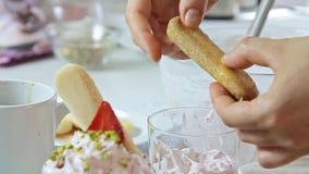 Voedsel het stileren kaasroom met aardbei en pistaches stock videobeelden