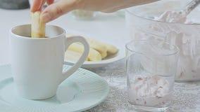 Voedsel het stileren kaasroom met aardbei en pistaches stock footage