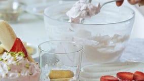 Voedsel het stileren kaasroom met aardbei en pistaches stock video