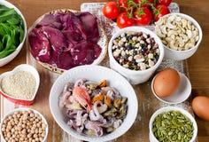 Voedsel hoog in Ijzer, met inbegrip van eieren, noten, spinazie, bonen, seafoo Stock Afbeelding