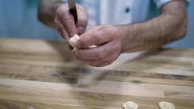 Voedsel, Italiaanse keuken, culinair, mensen en het koken concept - Italiaanse knappe chef-kok die traditionele Italiaanse schote stock footage