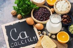Voedsel met calcium Een verscheidenheid van voedselrijken in calcium Uithangbord met het woord-calcium Hoogste mening royalty-vrije stock fotografie