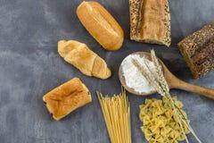 Voedsel met glutenbasis op witte en gehele vloer, op grijze leiachtergrond Stock Foto