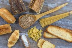 Voedsel met glutenbasis op witte en gehele vloer, op grijze leiachtergrond Stock Afbeeldingen