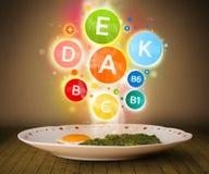 Voedsel met heerlijke maaltijd en gezonde vitamine Stock Afbeeldingen