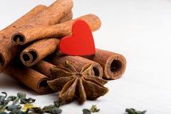Voedsel met liefde wordt gekookt die De dag van de valentijnskaart Stock Foto