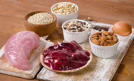 Voedsel met Selenium op houten lijst stock foto's