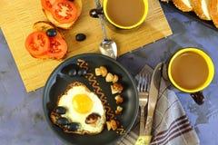Voedsel, ontbijt in de ochtend op de lijst voorbereide eieren, toas Stock Fotografie