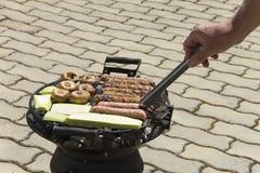 Voedsel op de grill wordt gekookt die stock foto